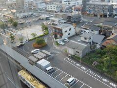 今宵はセントラルホテル伊万里で一泊。 窓の下にはJR筑肥線。・・・なんか変なのが来たぞ。