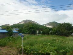 車窓から次に行く硫黄山が見えてきました。