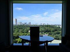●ホテルニューオータニ東京  (ぷらっと東京さんぽ《Scene.7》からの続きとなります) 梅雨時期のここ東京、昨日から紀尾井町の「ホテルニューオータニ東京」に宿泊し、ひと時の優雅なホテルステイを。。。  朝起きて窓のブラインドを上げると、ここしばらくどんよりとした梅雨空だったのがまるで嘘のような青空で、絶好の散策日和になりそう!