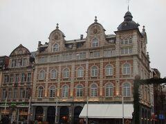 駅前のマルテラーレン広場に面した建物はホテルの入る立派な造りです。