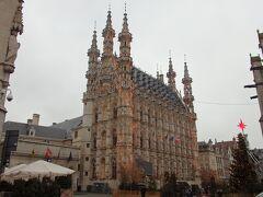 グローテ・マルクトに面して建つフランボワイヤン・ゴシック様式の市庁舎