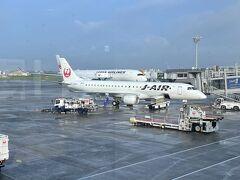 いつも搭乗するJL102は、B787-8から機材変更でJ-AIRのエンブラエル190へ。 今回は、この後のJL104に搭乗予定です。