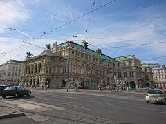 ウィーンといえば、オペラ! ケルントナー通りの入り口にあります。
