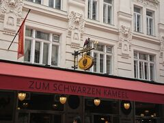 ちょっと小腹が減ったので、ウィーンで有名なカナッペのお店2軒を食べ比べしてみました! 1軒目は、ラクダの看板が目印のこちら!