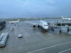 大阪国際空港に到着後、ファーストクラスカウンターでチェックイン後、ダイヤモンド・プレミアラウンジで過ごす。 搭乗予定のB787-8のJL104も駐機中。