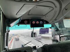 東京国際空港に到着し、予約していた8:55発のリムジンバスからひとつ前のいつもの8:35発のバスに乗れました。 バスや鉄道が苦手になってきて本当はタクシーが良かったのですが、リムジンバスもあるのと運賃が高いと却下されました。  首都高を走行中に兵庫県警の護送車が、何台も走行していて反対車線の都心へ向かう道も警察車両が何台も走ってました。 東京オリンピックがあるので全国の道府県警から応援で警備してるんですね。