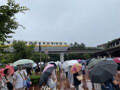 9時過ぎに東京ディズニーシーに到着。 舞浜は、今日も雨です。 舞浜に行くと雨が多い。 舞浜に行かない理由その2。 いつもながら舞浜へ行くと雨が多いのも最近、嫌で避けてます。 理由その3 パークチケットの値上げもあります。  この日のオープンは、千葉県でまん延防止措置の影響もあり、この時期では珍しい10時オープンですので雨の中待ちます。 傘があると手荷物検査と体温測定が、余計に時間がかかる…  ディズニーリゾートラインの新造車両「TypeC」が走ってます。  コロナ前は、毎月1回年間パスポート片手に来園してましたが、最近は、ほとんど来ずです。