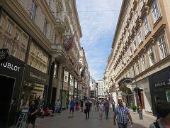 ペスト記念塔かある通りの突き当たりを左に行くと、ウィーンの目抜通りのコールマルクト通りが! ブランドショップなどがたくさんありますよ。