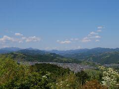 こちら側は秩父山脈と手前には住宅街が広がっています。
