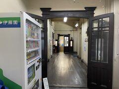若松渡場のすぐ近くにある上野ビルに寄ってみる。  入口の自販機がちょっと残念だが、現役で使われているビルだから文句は言えまい。