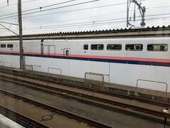 熊谷を出たらあっという間に次の本庄早稲田駅に到着。  反対ホームにはE4系が止まっています。  本庄早稲田駅では、近くに早稲田大学のキャンパスがある関係で多くの学生が降りていきました。