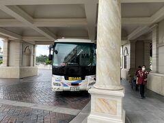 時間になりましたので東京ディズニーシー・ホテルミラコスタから予約していたリムジンバスで東京国際空港へ行きます。 ミラコスタのバス乗り場でイケメンの外国人キャストさん、久しぶりにお会いしました。 コロナでホテルも休業していた時期もありましたが、頑張ってらっしゃいましたね。 帰りは、京成バスです。