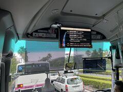 最近のリムジンバスの行先表示板には、3レター空港コードも表記されました。 東京ディズニーランドを経由して東京国際空港へ向かいますが、いつもの首都高速道路での渋滞で少し遅れました。
