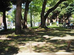 横浜公園を抜けて。  チューリップが咲き誇っていた場所とは思えないな。