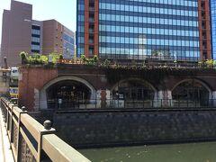 万世橋の向こう側にマーチエキュート神田万世橋の建物が見えてきます。