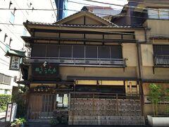 創業約190年という老舗のあんこう料理専門店。 建物にも風格が感じられます。