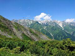 出だしは結構急な岩場です。 でも、こんな景色を見ながら登るのはいい気分です。