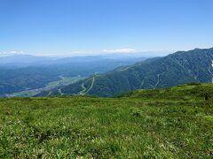 HAKUBA47スキー場。 上部はグリーンシーズンは高山植物園になっているようです。 その先は八ヶ岳連峰
