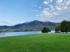 湖畔はどこまでも静かだが、ときどき水上ボートが行き来する。テントでキャンプをしている人は数えるほどだった。