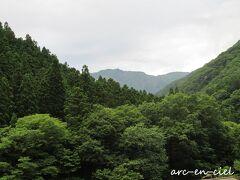 窓からの眺め。 中央に見えるのが、谷川岳。