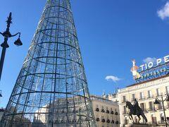プエルタ デル ソル(太陽の門広場) Puerta del Sol  クリスマスのモニュメント。 スペイン国道の起点(0km)となっている場所。