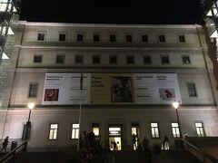 ソフィア王妃芸術センター Museo Nacional Centro de Arte Reina Sofía  その後、王宮から歩いてプエルタ デル ソルを経由して南東方向に。  フアン・カルロス1世の王妃ソフィアにちなんで名付けられた。20世紀の近現代美術を中心に展示されている。夜に入館すると無料ということで、行列ができていた。 メインの建物となるサバティーニ館は、18世紀にカルロス3世が、イタリアの建築家フランチェスコ・サバティーニに命じて設計させた病院を改築したもの。サバティーニ館の南側に2005年、フランスの建築家ジャン・ヌーヴェルの設計による新館が増築されている。サバティーニ館は1階から4階までの4フロア、新館は0階と1階の2フロアで構成されている。 パブロ・ピカソやサルバドール・ダリ、ジョアン・ミロなどの作品を多く所蔵する。ピカソの代表作『ゲルニカ』は、スペインへの「里帰り」後、プラド美術館別館から本美術館に移され、常設展示されている。企画展示は主にサバティーニ館3階で行われる。(wikiより)  ちなみに写真撮影は禁止。