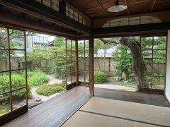 ここは元は武家屋敷で小泉夫妻が5か月ほど生活していた住居。 八雲は松江・熊本・神戸・東京に住んでいたけど、八雲が住んでいた当時のままで保存されているのはこの松江の住居だけらしい。 八雲はこの三方が庭に囲まれた部屋を気に入っていたとか。