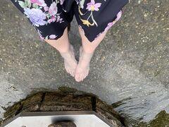 それから玉湯川に泳ぐ鯉に餌をあげられる恋来井戸へ。 ここでは先客に男子学生集団(といっても4人くらい)がいてたのでちょっと待ってから。 それからパワースポットとして有名な玉作湯神社へ。 ここには願い石という願いが叶う石があった。 ここでは女性観光客1組と会ったと覚えているくらい人が少なかったんだなぁ。  ※写真は姫神広場の足湯