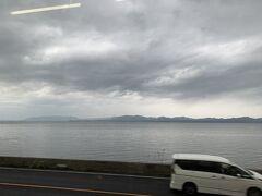 そしてやってきた電車に乗って今回の旅の最終目的地出雲へ。 今日も夕陽は見れなさそうな宍道湖。