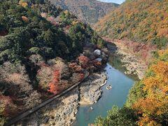 特に目的もなく嵐山公園にたどり着いたのですが、たまたまそこから桂川を望む紅葉の景色が素晴らしかったです。  展望エリアでひと休み中の地元のお父さんたちが、桂川に面した建物が「星のや 京都」とその上にお寺が見えると教えてくれました。