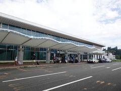 奄美空港に到着です。雲はあるものの青空です。刺すような日差しと猛烈な湿気が迎えてくれました。レンタカーを借りて島時間の始まりです。