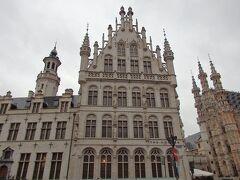 4つ星ホテルはお城のような外観です。