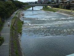 祇園四条に到着 四条大橋渡ります 鴨川も濁ってます