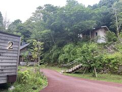 小涌谷の岡田美術館から宮城野経由で車で15分ほどで箱根リトリートに到着。 駐車場に車を停めてカートでvillaに向かいます。