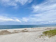 ビーチに出てみると  釣りしている人しかいませんわ  拉致されたのもこんな海岸だったのでしょうか