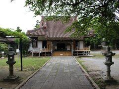 """琉球八社の一つ""""金武観音寺""""へやって来ました。 17世紀に日秀上人によって創建。 建物は昭和17年に再建された物で、 沖縄県下の社寺建築の多くは太平洋戦争時に焼失したが、 こちらは幸いにも戦火を免れたとの事でした。 このエピソードだけで既に御利益がありそう…!!"""