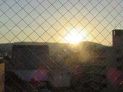 翌朝6時半 お部屋の窓からは東山に登る朝日
