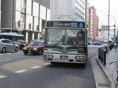 京都市バス12系統に乗りました。 バスは二条城や金閣寺方面に向かいます。