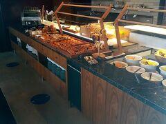 ザ・スクエア内のフォレストガーデンを抜けて、案内されたのは「アチェンド」のエリアでした。どちらも同じのようです。 パン、フルーツ色々あります