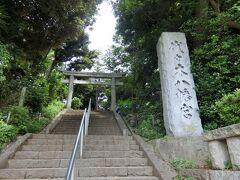 代々木八幡まで来ました。 階段を上って少し高台にあります。 都会の中と思えないほど、緑豊かです。