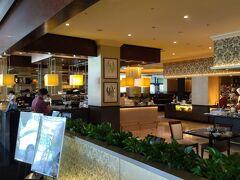 朝食会場は、1日を通じて国際色豊かな料理をご提供しているオールデイ・ダイニングのインターナショナルブッフェレストラン「ザ・テラス」です。 朝食時間は7時~10時半で、和食、洋食、中華など充実した品揃えです。
