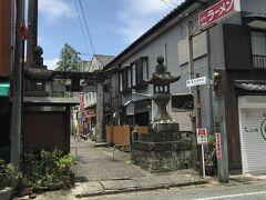 虎長ラーメンの看板が目立つ路地が参道となっていて、小さく豊玉姫神社の表示がありました。