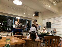20:00 ブルーカフェ  僕は初めてのカフェ。  1管編成のカルテット+ボーカル。