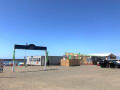JR茅ヶ崎駅から歩いて15分、「サザンビーチちがさき海水浴場」正面のゲートに着きました。