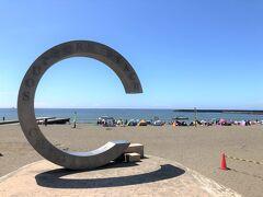 ビーチのシンボル、「ちがさきサザンC」のモニュメント。