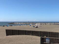 ヘッドランドビーチ。ヘッドランドはT字型の堤防ですが、両サイドが砂浜で人気のビーチになっています。