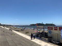片瀬西浜の海水浴場。江の島までが西浜です。