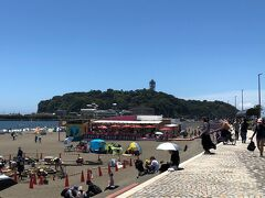 片瀬海岸東浜は、江の島に向かって、江の島大橋沿いに砂浜が広がっています。