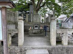 何があるのかというと、斎藤一さんのお墓です。 新撰組三番隊組長だった人です。  推しの一人なので、会津若松に来ると、なるべくお墓参りするようにしています。