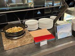 横浜・みなとみらい『ザ・カハラ・ホテル&リゾート横浜』の 【グランドボールルーム】  ザ・カハラ・ハワイアンブッフェのスイーツコーナーの写真。  <シンパンケーキ> ハワイのカハラホテルでもいただいたことのある 名物のシンパンケーキ。